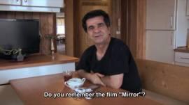 يتحدث عن فيلمه الثاني (المرآة 1997) عن طفلة والدتها لم تظهر بعد, بالتحديد في مشهد الباص, واجه الصعوبة في اقناعها في تكملة المشهد, و هذا ما نجده في الارشيف الوثائقي.